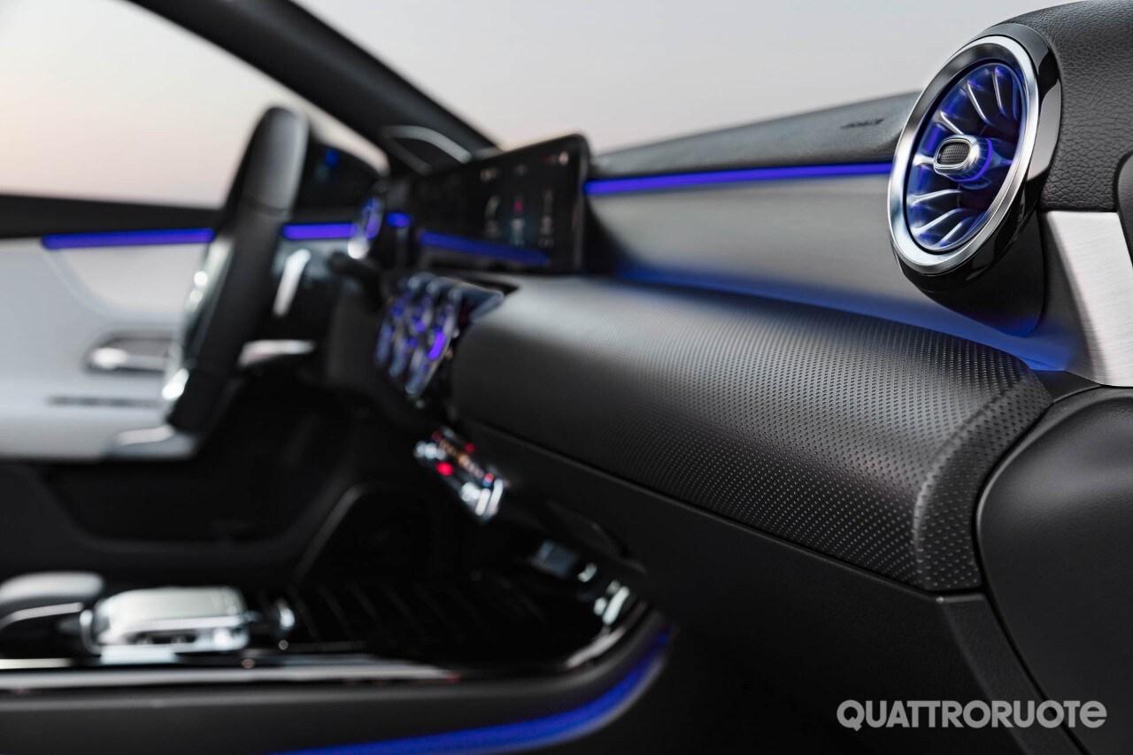 Mercedes benz classe a le prime immagini degli interni for Prime mercedes benz of westwood