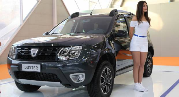 Dacia sandero foto e immagini esclusive listino for Dacia duster black shadow interni