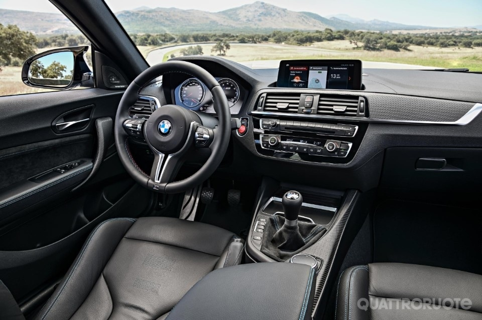 2018-BMW-M2-Competition-29